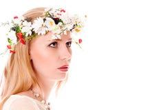 Menina bonita da mola com a grinalda na cabeça fotos de stock royalty free