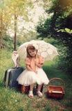 Menina bonita da natureza com a coruja do animal de estimação nas madeiras Imagem de Stock