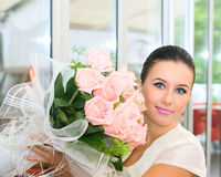 Menina bonita da noiva com flores Foto de Stock Royalty Free
