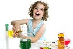 Menina bonita da química que joga no laboratório Foto de Stock