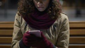 Menina bonita da raça misturada que verifica a rede social, expressando a decepção video estoque