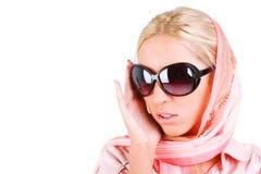 Menina bonita da sensualidade nos óculos de sol fotografia de stock