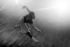 A menina bonita dança elegantemente no fumo e na névoa Imagem de Stock Royalty Free