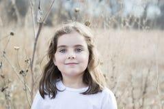 Menina bonita das pessoas de 5 anos fora em um dia da queda Fotos de Stock