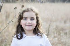 Menina bonita das pessoas de 5 anos fora em um dia da queda Fotos de Stock Royalty Free