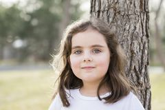 Menina bonita das pessoas de 5 anos fora em um dia da queda Imagens de Stock Royalty Free