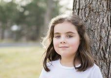 Menina bonita das pessoas de 5 anos que joga em um parque Imagem de Stock