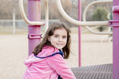 Menina bonita das pessoas de 5 anos que joga fora em um campo de jogos Imagem de Stock Royalty Free