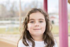 Menina bonita das pessoas de 5 anos que joga fora em um campo de jogos Fotografia de Stock Royalty Free