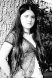 Menina bonita de 12 anos fora pela virada de Árvore Looking Imagens de Stock Royalty Free