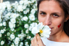 Menina bonita de Canadá que aspira uma rosa branca Fotos de Stock Royalty Free
