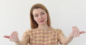 Menina bonita de convite, fundo branco no estúdio vídeos de arquivo