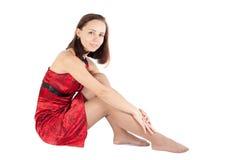 Menina bonita de descanso que senta-se no assoalho Imagem de Stock Royalty Free