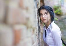 Menina bonita de encontro a uma parede Imagem de Stock