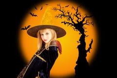 Menina bonita de Halloween no bastão secado da árvore Imagens de Stock Royalty Free