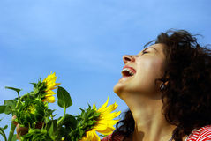 Menina bonita de riso com um girassol Fotografia de Stock