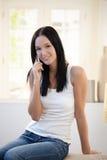 Menina bonita de riso no atendimento de telefone Fotos de Stock Royalty Free