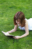 Menina bonita de Teen.Young que lê um livro exterior Fotografia de Stock Royalty Free