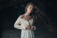 Menina bonita dentro no vestido branco do vintage com o cabelo encaracolado que levanta no sótão Mulher no vestido retro Emoção s foto de stock royalty free