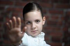 Menina bonita do adolescente que faz o gesto da parada Fotos de Stock