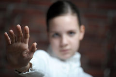 Menina bonita do adolescente que faz o gesto da parada Fotografia de Stock