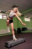 Menina bonita do aerobics da etapa Fotos de Stock