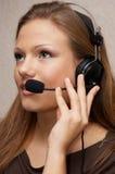 A menina bonita do apoio a o cliente está escutando fotos de stock