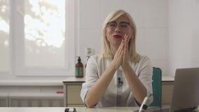 A menina bonita do dermatologista dá uma entrevista no local de trabalho vídeos de arquivo