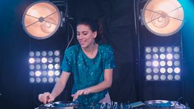 Menina bonita do DJ em plataformas no partido, movimento lento video estoque