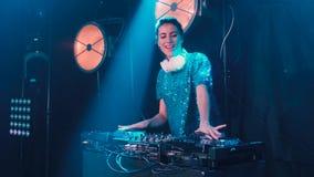 Menina bonita do DJ em plataformas no partido, movimento lento filme