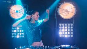 Menina bonita do DJ em plataformas no partido, movimento lento vídeos de arquivo