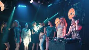 Menina bonita do DJ que executa com a dança dos povos no fundo vídeos de arquivo