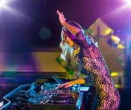 Menina bonita do DJ que mistura a música eletrônica imagens de stock royalty free