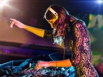Menina bonita do DJ que mistura a música eletrônica fotografia de stock royalty free