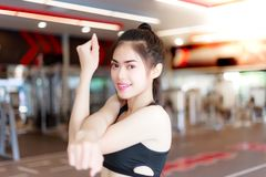 A menina bonita do esporte está esticando seus braços antes da mulher bonita imagens de stock