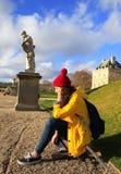 A menina bonita do estudante tem o divertimento em Paris Fotos de Stock