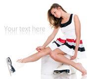 A menina bonita do inverno nos patins e o branco vestem-se Imagens de Stock