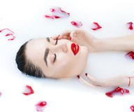 Menina bonita do modelo de forma que toma o banho, os termas e o skincare do leite fotos de stock