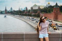 Menina bonita do moderno no fundo da cidade de Moscou Rússia, Moscou, quadrado vermelho, rio de Moskva - 2016 fotos de stock royalty free