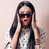 Menina bonita do pinup com os óculos de sol que olham surpreendidos Imagens de Stock Royalty Free