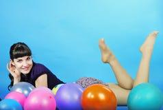 Menina bonita do retrato com esfera de ar Imagem de Stock