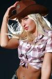 Menina bonita do rodeio que desgasta um chapéu de cowboy fotografia de stock royalty free