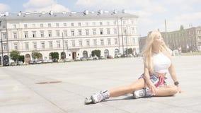 Menina bonita do rollerskating que relaxa na cidade filme