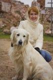 Menina bonita do ruivo e um Labrador branco Fotografia de Stock