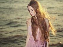 Menina bonita do ruivo na lagoa foto de stock royalty free