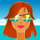 Menina bonita do ruivo nos óculos de sol na praia Imagens de Stock