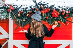 Menina bonita do russo em um dia da nuvem no inverno que anda no quadrado de Tverskaya no tempo do Natal imagem de stock