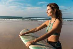 Menina bonita do surfista foto de stock