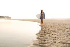 Menina bonita do surfista fotografia de stock