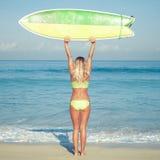 Menina bonita do surfista na praia fotos de stock